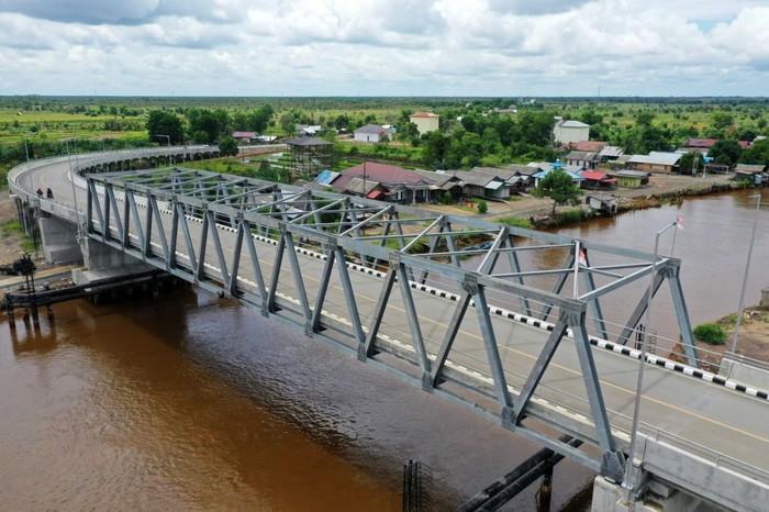 Jalan nasional Marabahan-Margasari di Provinsi Kalimantan Selatan (Kalsel) kini sudah dilengkapi dengan 3 overpass dan 1 jembatan yang dibangun oleh 4 perusahaan tambang batu bara menggunakan dana Corporate Social Responsibility (CSR).