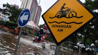 Dini Hari, Warga Bantaran Kali Jakarta Diimbau Waspada Banjir