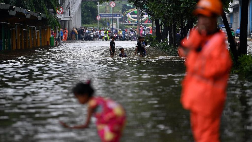 Biang Kerok Banjir di Jakarta, Aktivitas Bisnis Lumpuh