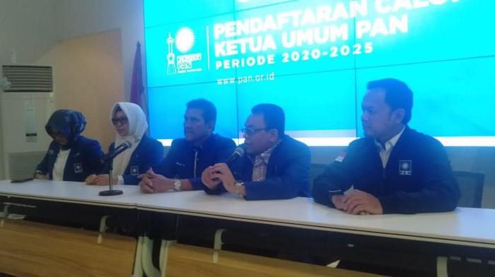 Pendaftaran calon ketua umum (caketum) Partai Amanat Nasional (PAN) dibuka hari ini. Asman Abnur menjadi bakal caketum PAN yang mendaftar pertama.