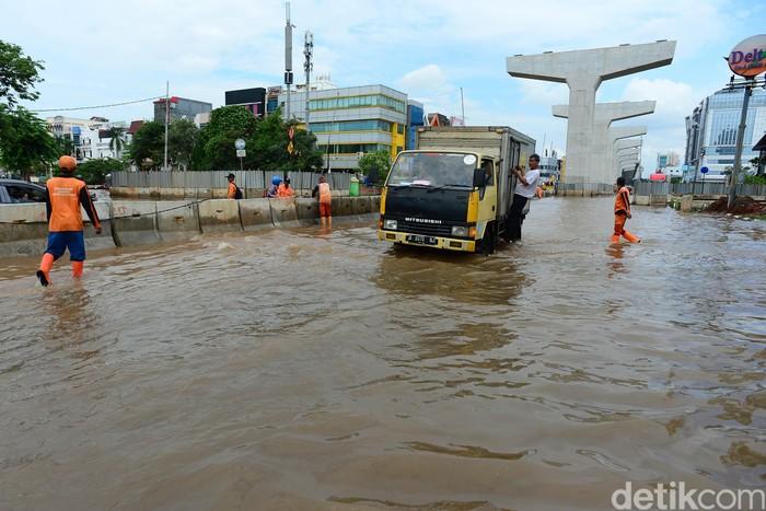 Banjir merendam Jalan Boulevard Barat, Kelapa Gading, Jakarta Utara, Sabtu (8/2/2020).
