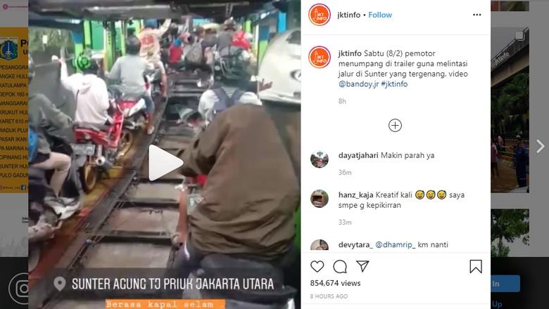 Sejumlah pemotor di Jakarta Utara naik truk trailer untuk terobos banjir