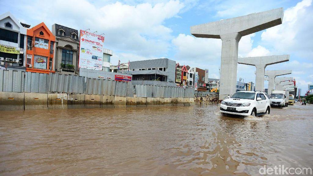 Hotman Paris Banjir-banjiran Pakai Mobil, Aman?
