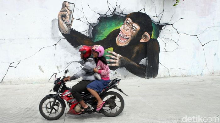Berbagai kreasi mural terpajang di sepanjang dinding bantaran Kali Opak, Penjaringan, Jakarta Utara. Begini penampakannya.