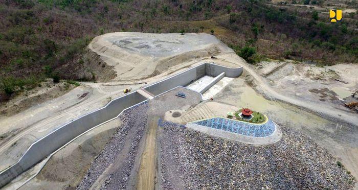 Bendungan Gongseng. dibangun mulai 2013 hingga 2020 dengan kapasitas tampungan 22,43 juta meter kubik. Bendungan yang terletak di Kabupaten Bojonegoro ini berfungsi untuk melayani irigasi seluas 6.191 hektare, layanan air baku 300 liter per detik, mereduksi banjir 133,27 meter kubik per detik dan pembangkit tenaga listrik sebesar 0,7 MW. Istimewa/Kementerian PUPR.