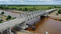 Jembatan ini bernama Jembatan Antang. Nama itu dari nama perusahaan batu bara yang membangun jembatan itu yakni PT Antang Gunung Meratus yang menggunakan dana CSR.