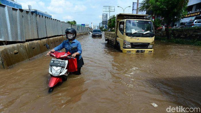 Hujan yang mengguyur kawasan Jakarta Utara menyebabkan banjir di Jalan Boulevard Barat, Kelapa Gading. Jalan ini memang kerap dilanda banjir saat hujan deras mengguyur.