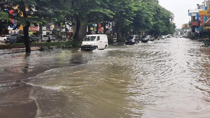 Hari beranjak siang, banjir yang menggenangi kawasan Kelapa Gading, Jakarta Utara, belum surut. Genangan air setinggi 30 centimeter.
