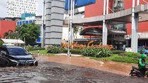 Terobos Banjir di Depan Mal Kelapa Gading, Banyak Kendaraan Bermotor Mogok
