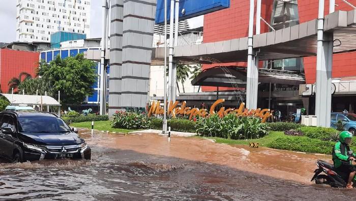 Banjir masih menggenangi beberapa titik di kawasan Kelapa Gading, Jakarta Utara, salah satunya di Mall Kelapa Gading. Banyak pengendara yang berusaha memaksa untuk melewati arus banjir berakhir dengan mogok kendaraan.