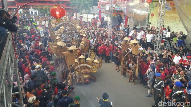 Poret kemeriahan parade budaya
