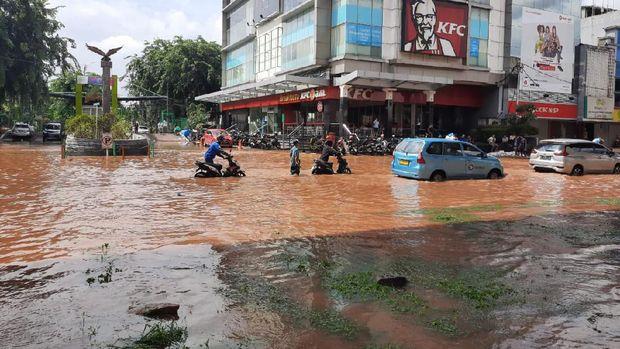 Sejumlah kendaraan mogok setelah menerobos banjir.