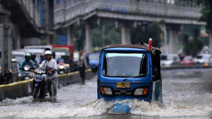 Banjir merendam Jalan Letjen Suprapto, Jakarta Pusat, Sabtu (8/2/2020).