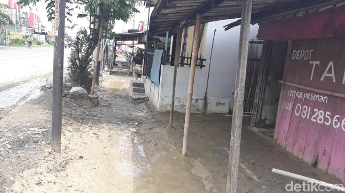Lumpur dan genangan sisa banjir di Brebes, 8/2/2020