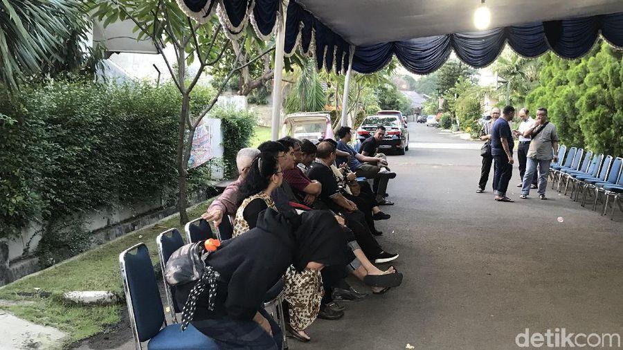 Suasana Rumah Duka Istri Chrisye Damayanti Noor