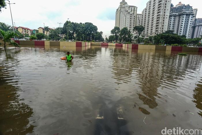 Hujan deras yang mengguyur Jakarta sejak tengah malam tadi menyebabkan underpass Gandhi School di Kawasan Kemayoran kebanjiran lagi, Sabtu (8/2/2020).