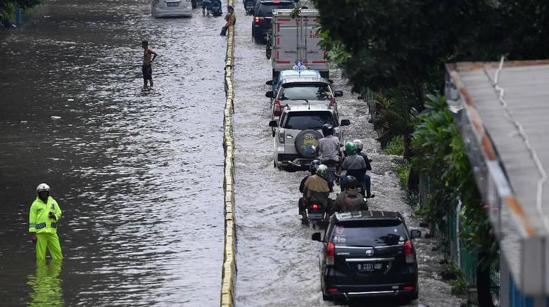 Sejumlah kendaraan menerobos banjir di Jalan Letjen Suprapto, Jakarta Pusat, Sabtu (8/2/2020). Hujan deras yang mengguyur Jakarta sejak Sabtu (8/2) dini hari membuat sejumlah kawasan di Ibu Kota terendam banjir. ANTARA FOTO/Sigid Kurniawan/wsj.