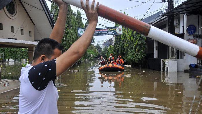 Tim Basarnas mengevakuasi warga menggunakan perahu karet saat banjir menggenangi Perumahan Jatibening Baru di Bekasi, Jawa Barat Sabtu (8/2/2020). Banjir setinggi 60 cm - satu meter tersebut disebabkan curah hujan tinggi dan luapan Kali Bekasi. ANTARA FOTO/Fakhri Hermansyah
