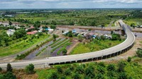 Jembatan tersebut melintasi sungai Puting yang juga menjadi jalur perlintasan kapal tongkang pengangkut batu bara. Nah sebelum ada jembatan ini warga Tapin menyebrang harus menggunakan jasa penyeberangan kapal.