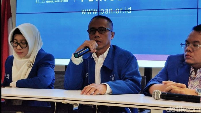 Dradjad Wibowo mendaftarkan diri maju menjadi bakal caketum PAN.