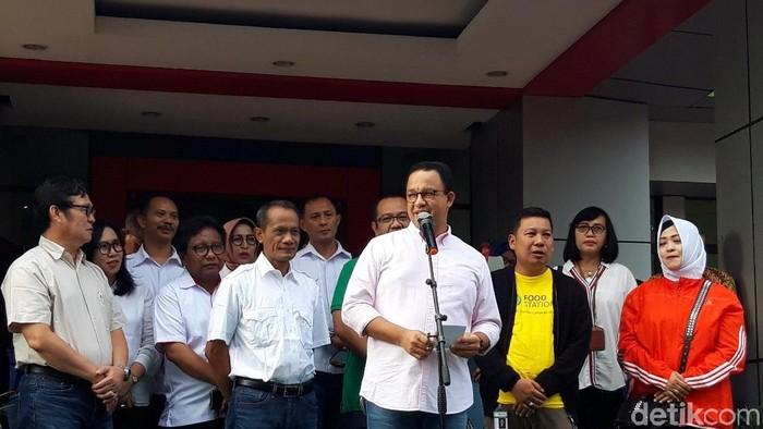 Gubernur DKI Jakarta Anies Baswedan saat meluncurkan Operasi Pasar Cabai dan Bawang Putih di 22 Pasar DKI Jakarta