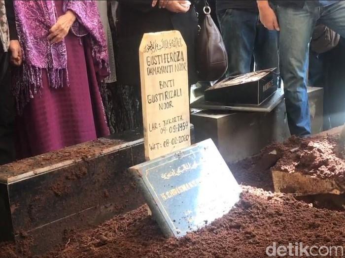 Pemakaman Istri Chrisye Damayanti Noor di TPU Jeruk Purut, Cilandak. Jaksel