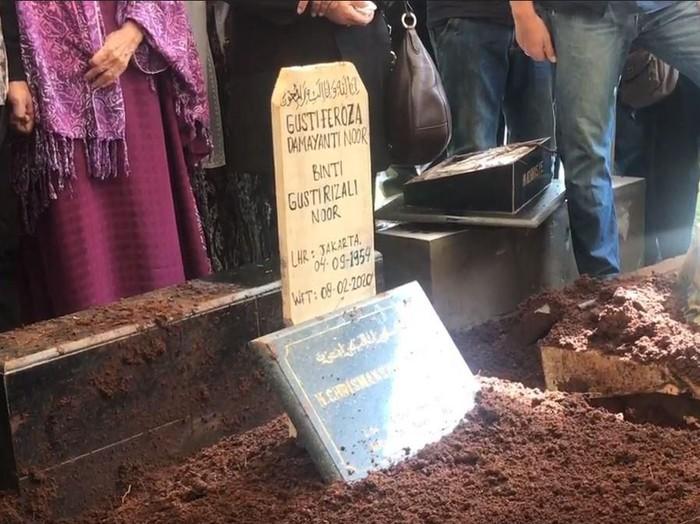 Prosesi pemakaman Damayanti Noor istri mendiang Chrisye di TPU Jeruk Purut