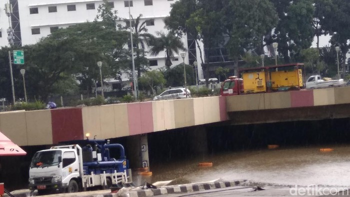Kondisi underpass Kemayoran yang terendam banjir, Minggu (9/2/2020) pukul 13.30 WIB (Kadek Melda Luxiana/detikcom)