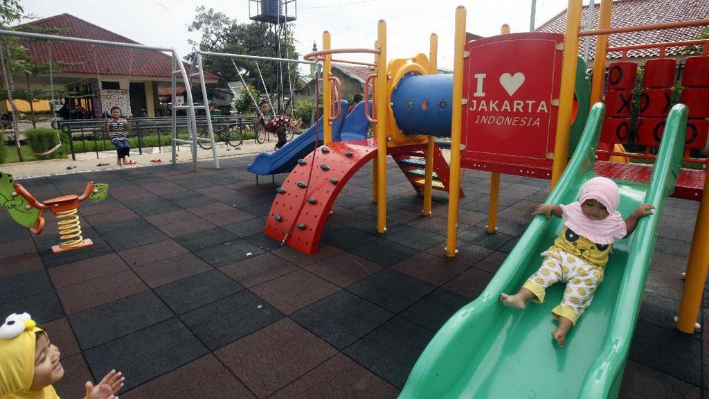 Keceriaan Anak-anak Mengisi Akhir Pekan dengan Bermain di Taman