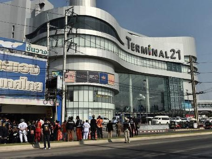 People stand outside the Terminal 21 mall, where a mass shooting took place, after the gunman was confirmed dead in the Thai northeastern city of Nakhon Ratchasima on February 9, 2020. (Photo by Lillian SUWANRUMPHA / AFP)