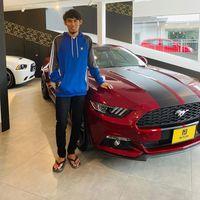Faris Zakaria disamping mobil miliknya