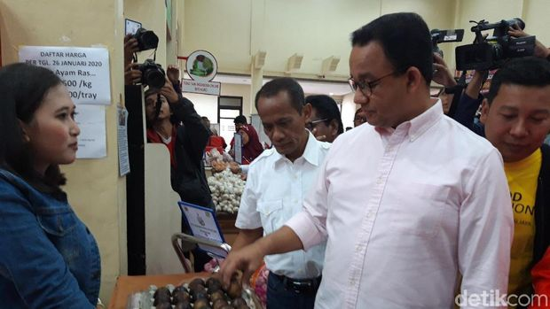 Anies Baswedan dalam kegitan 'Operasi Pasar Cabai dan Bawang Putih di 22 Pasar DKI Jakarta'