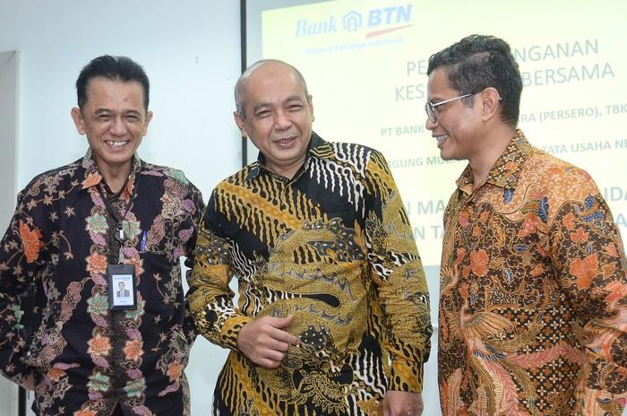 Direktur Utama BTN Pahala N Mansury berbincang santai dengan Jaksa Agung Muda Perdata dan Tata Usaha Negara Feri Wibisono dan Komisaris Utama BTN Chandra M Hamzah usai menyaksikan penandatanganan MOU antara BTN dengan Kejagung, di Jakarta, Jumat (7/1).