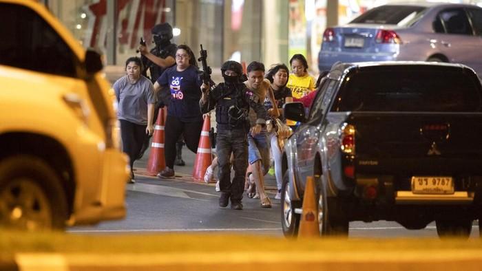 Seorang tentara di Thailand memberondong para pengunjung di Mal Terminal 21 di Kota Korat. Akibat kejadian tersebut 20 orang tewas dan puluhan lainnya terluka.