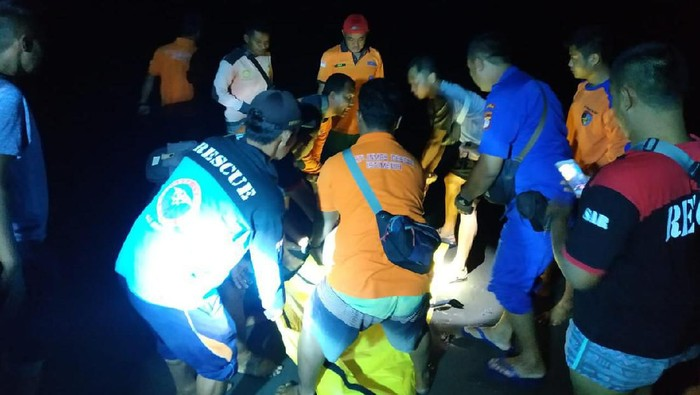 Tim SAR saat proses evakuasi tujuh mahasiswa terseret ombak di Pantai Parangtritis, Sabtu (8/2/2020) malam.
