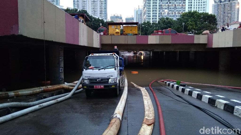 Jakarta Diguyur Hujan, Underpass Kemayoran Terendam Banjir 2,5 Meter