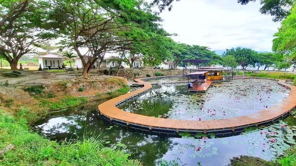 Kafe yang terletak di tengah danau terbuat dari bahan kontainer. Untuk sampai ke sana, ada jembatan kayu dengan warna yang masih alami. (Mohammad Qadri/detikcom)