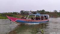 Pengunjung bisa naik kapal untuk menikmati pemandangan Jangari.
