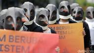 Berkostum Penguin, Greenpeace Kampanyekan soal Penyelamatan Laut