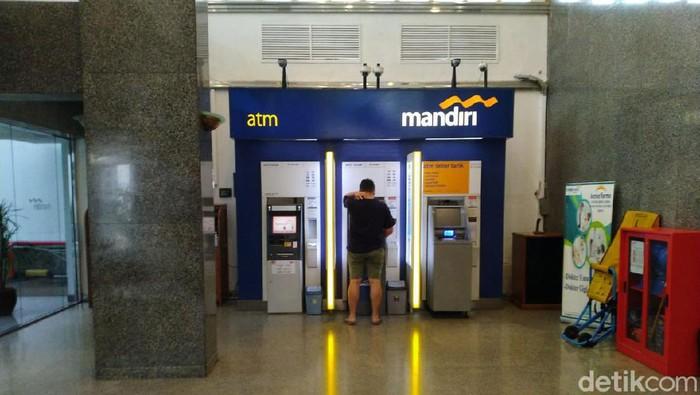 PNS yang sedang mengambil uang di ATM pecahan Rp 20 ribuan (Sachril Agustin Berutu/detikcom)