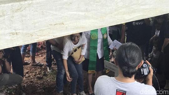 Pemakaman Anak Karen Pooroe Diwarnai Tangisan Keluarga