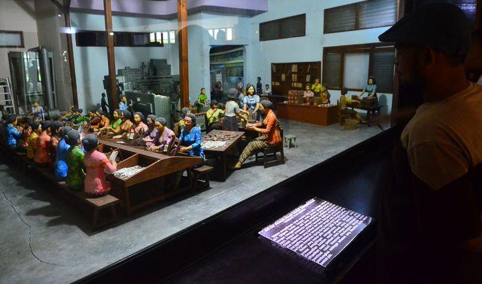 Museum Kretek di Kudus, Jateng, menyimpan 1.195 koleksi mengenai sejarah rokok kretek. Di sana pengunjung juga bisa melihat proses produksi rokok secara manual.