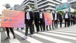 Topeng Penguin Warnai Aksi Greenpeace Indonesia di CFD