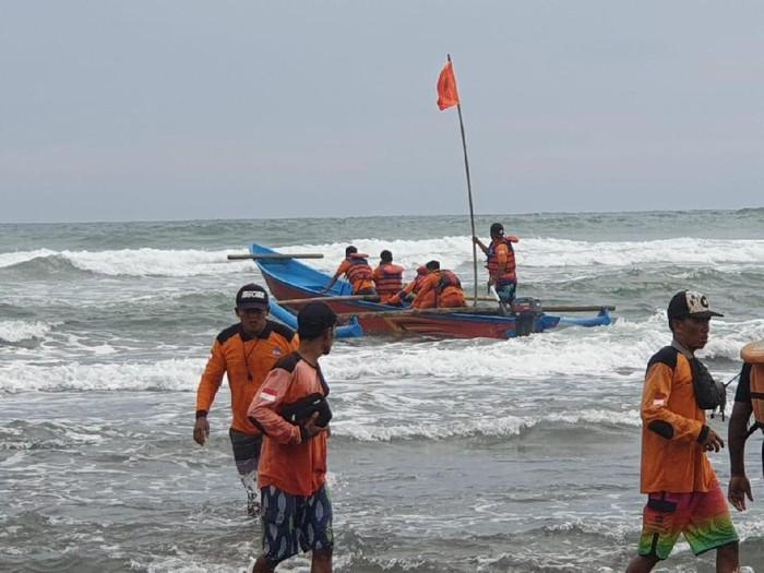 Tim SAR gabungan melakukan pencarian mahasiswa korban laka laut di Parangtritis, Minggu (9/2/2020).