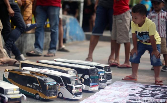 Ajang car free day (CFD) kerap dimanfaatkan untuk berkumpul dengan komunitas. Seperti sejumlah penggemar bus replika yang pajang hasil karya mereka di CFD.