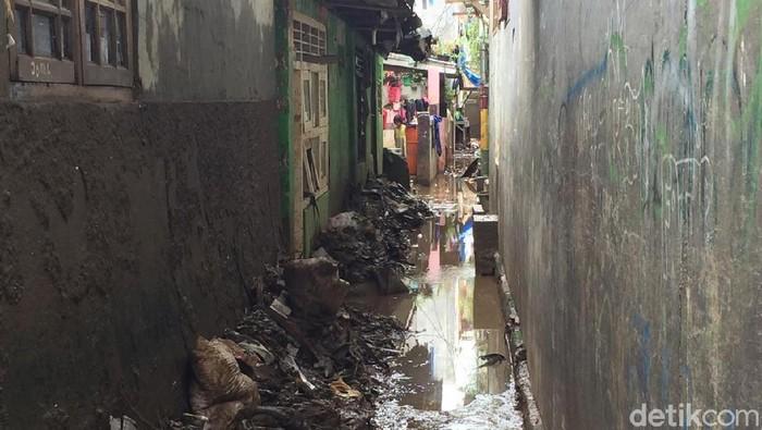 Warga di Jalan Kebon Pala ,Tanah Rendah, Kampung Melayu, membersihkan sisa-sisa banjir (Tiara Aliya Azzahra/detikcom)
