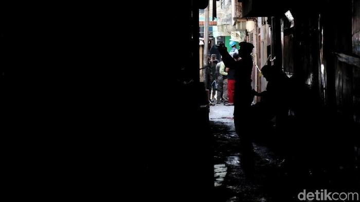 Satpol PP menyegel kafe-kafe di lokalisasi Gang Royal, Penjaringan, Jakarta Utara, Senin (10/2/2020). Penyegelan ini buntut dari kasus prostitusi di Kafe Khayangan yang mempekerjakan ABG sebagai PSK.