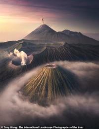 Dari cahaya aurora hingga pegunungan dramatis ditampilkan dalam deretan juara lomba foto lansekap internasional 2020. Yuk, intip potret keindahannya.