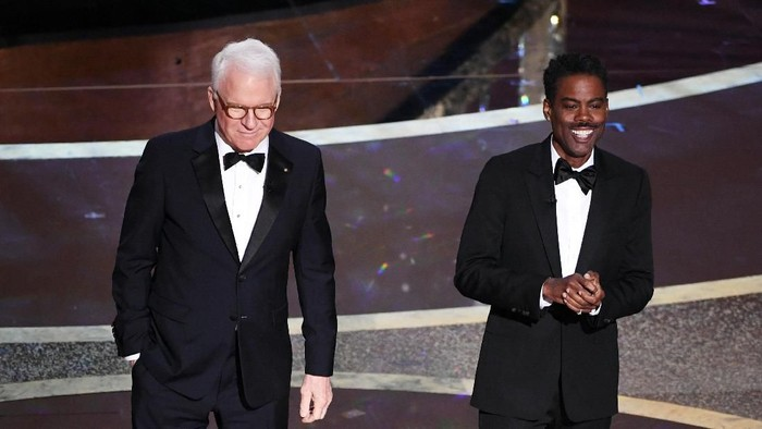 HOLLYWOOD, CALIFORNIA - FEBRUARY 09: (L-R) Steve Martin and Chris Rock speak onstage during the 92nd Annual Academy Awards at Dolby Theatre on February 09, 2020 in Hollywood, California. (Photo by Kevin Winter/Getty Images)