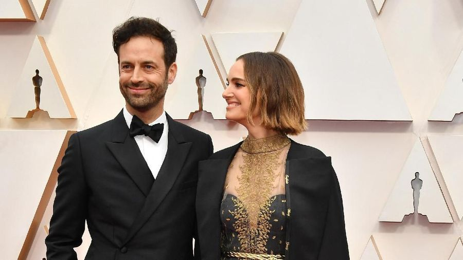 HOLLYWOOD, CALIFORNIA - FEBRUARY 09: (L-R) Benjamin Millepied and Natalie Portman attend the 92nd Annual Academy Awards at Hollywood and Highland on February 09, 2020 in Hollywood, California. (Photo by Amy Sussman/Getty Images)